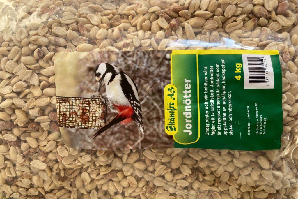 Fågelmat - jordnötter till småfåglarna i romelanda